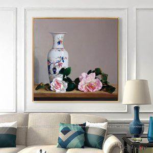 Tranh bình gốm và hoa hồng treo phòng khách