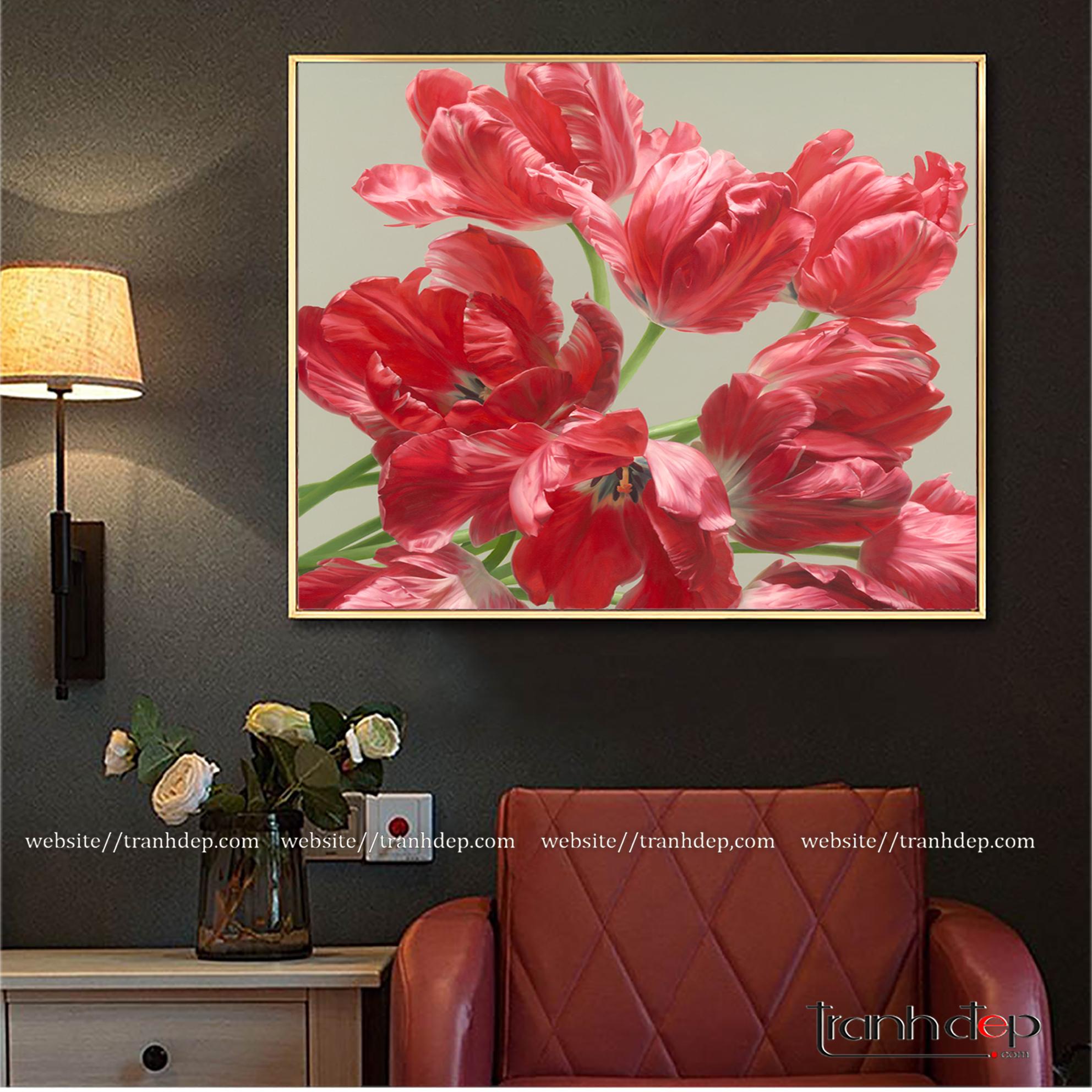 Bức tranh hoa tulip màu đỏ tô điểm cho không gian trở nên sang trọng, tươi mới