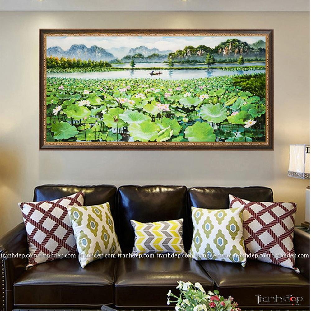 Khung tranh màu nâu họa tiết ánh đồng hợp sofa da màu nâu trầm sang trọng