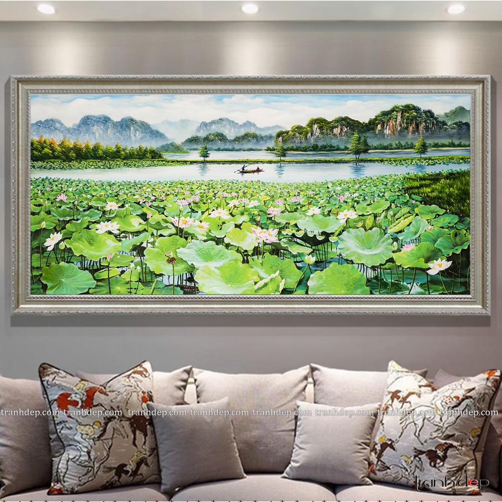 Bức tranh khung màu bạc phối hợp trong nội thất sang trọng.