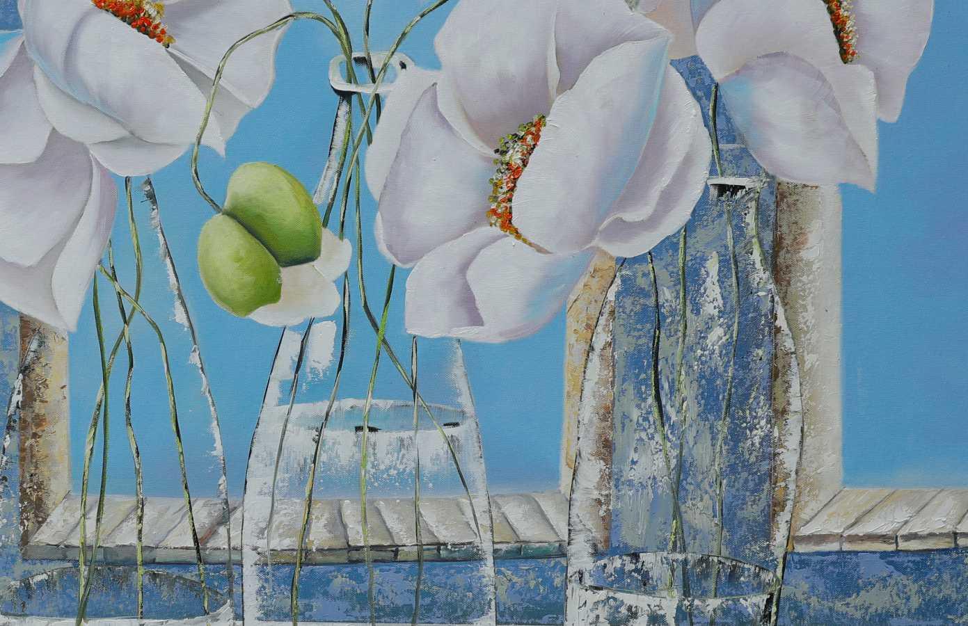 Những cành hoa poppy trong chiếc bình thủy tinh hiện đại