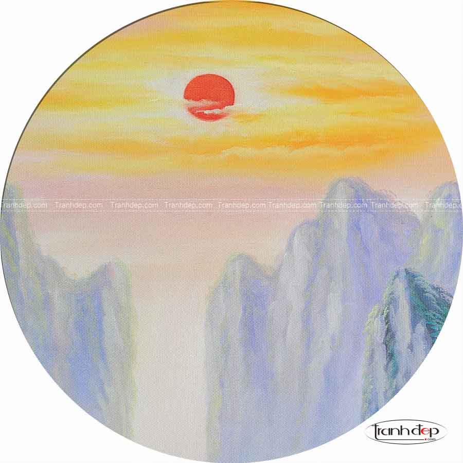 Cận cảnh vẽ mặt trời mọc toả sáng phía trên những ngon núi cao trùng điệp.